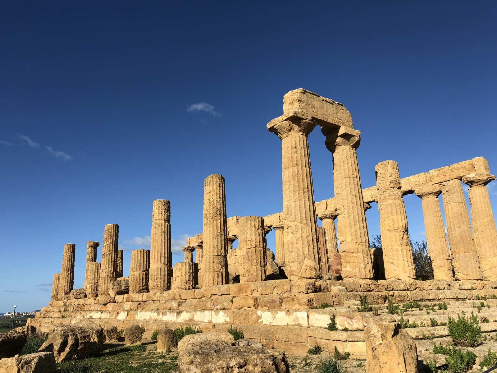 Il tempio di Giunone nella valle dei templi di Agrigento con il cielo azzurro sullo sfondo