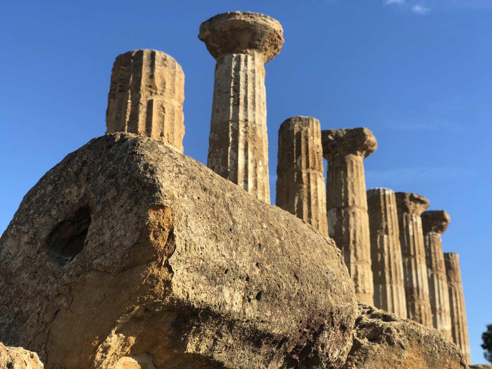 Le colonne del tempio di Ercole con il cielo azzurro sullo sfondo