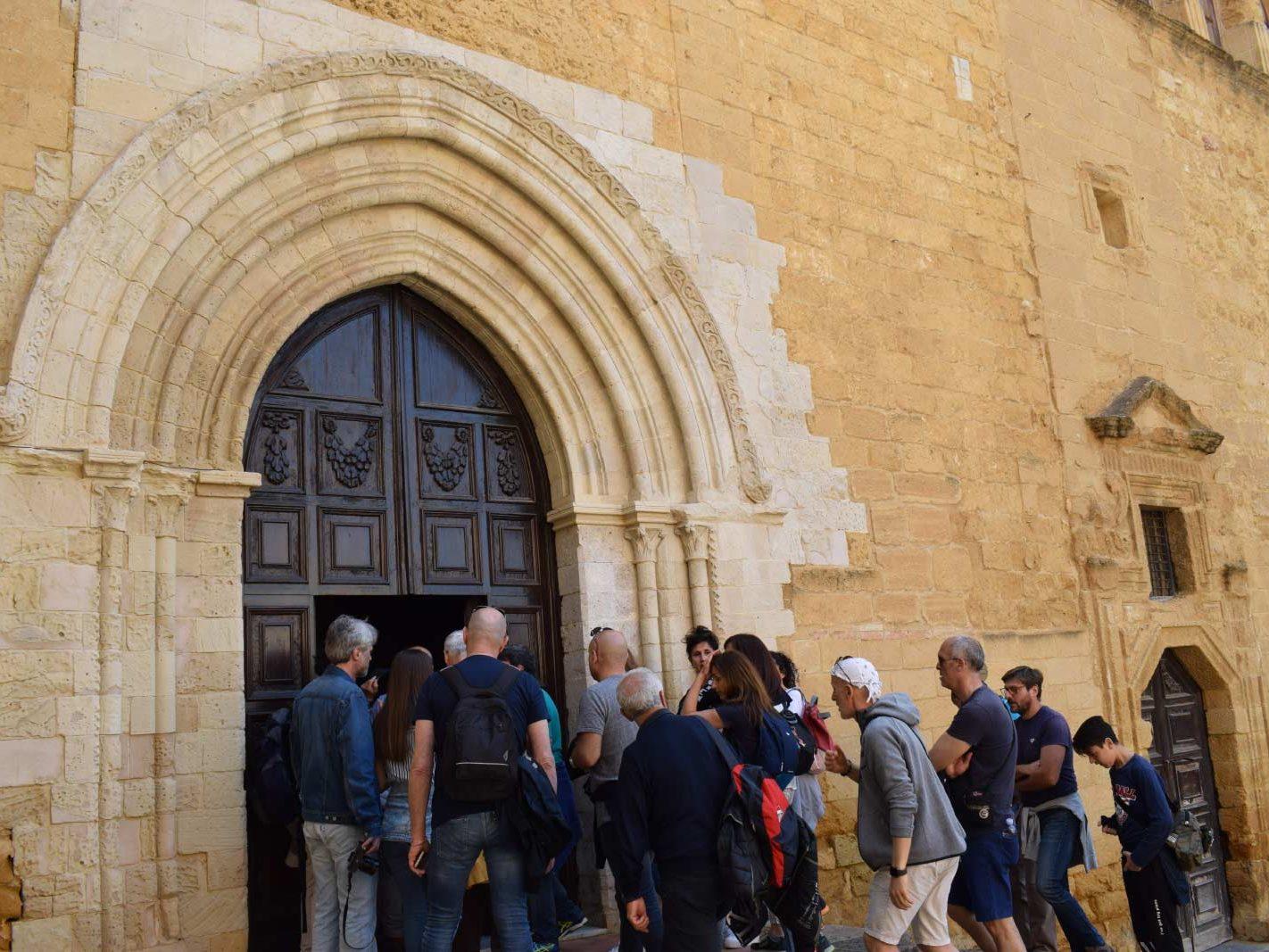 Un gruppo davanti all'ingresso della chiesa di Santo Spirito