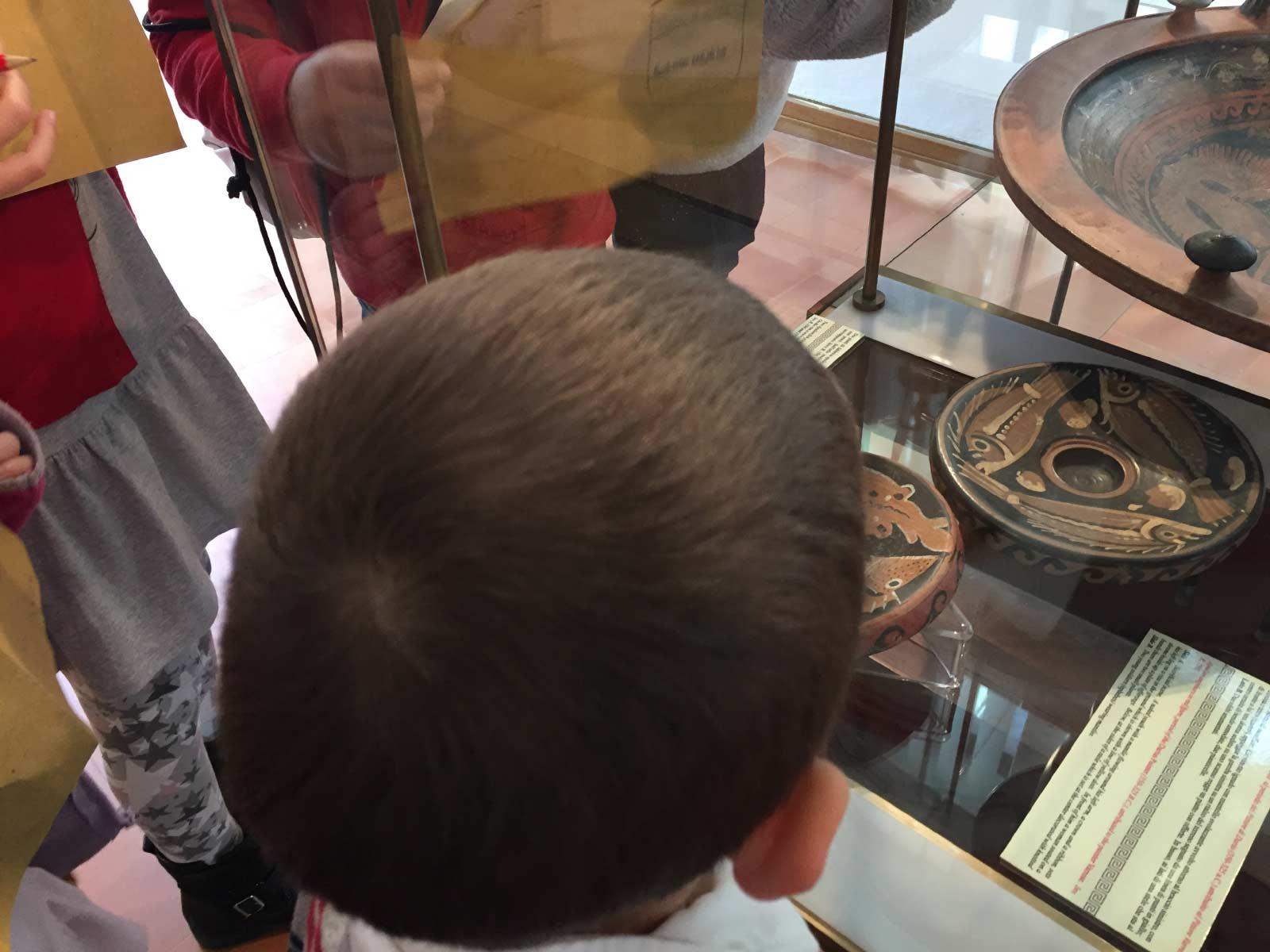 Un gruppo di bambini osserva i piatti da pesce a figure rosse in una delle vetrine del museo archeologico Pietro Griffo di Agrigento