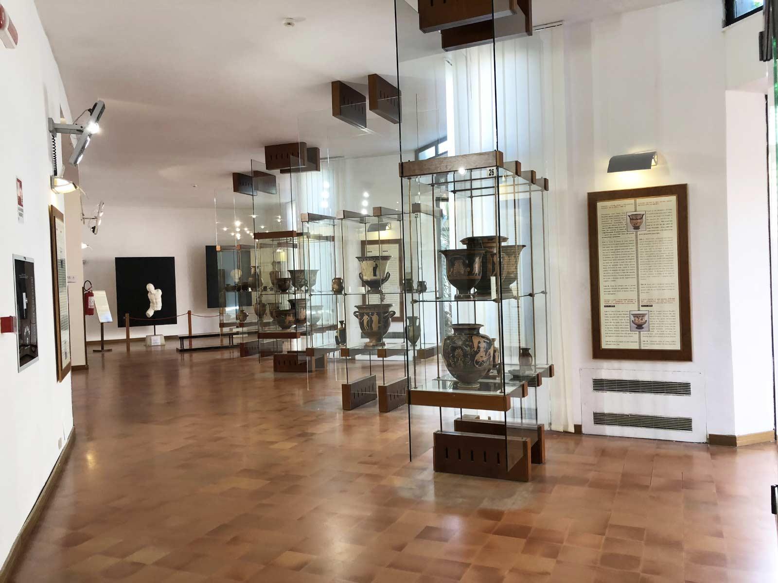 La sala della ceramica attica al Museo Archeologico di Agrigento: le vetrine con i reperti e sullo sfondo il guerriero di marmo