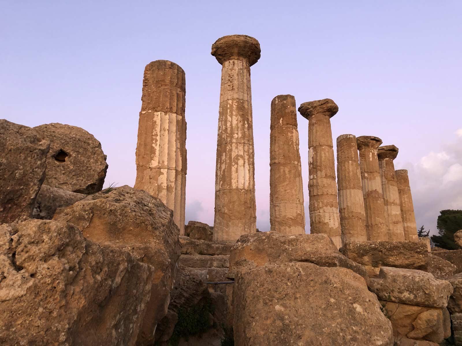 Le colonne del tempio di Ercole al tramonto con il cielo rosa sullo sfondo
