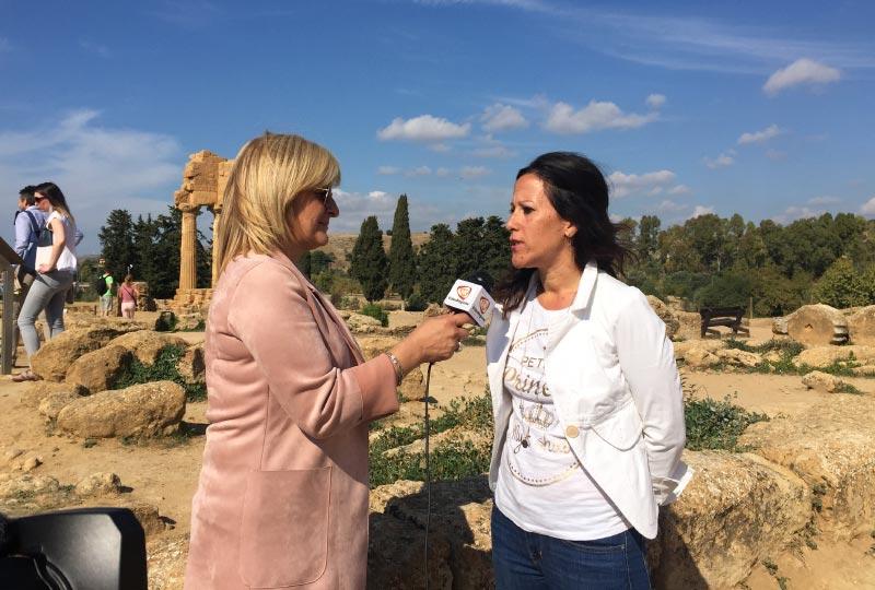Laura Danile durante un'intervista televisiva al santuario delle Divinità ctonie