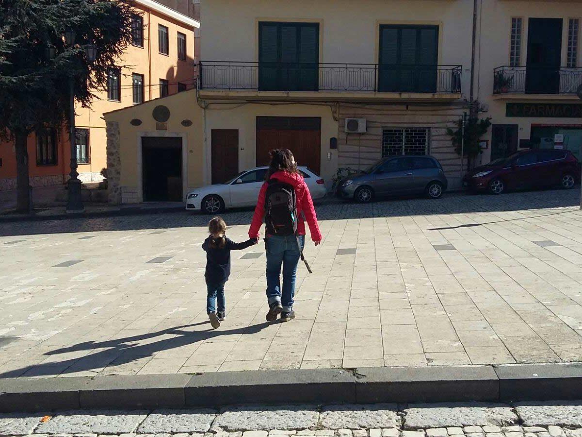 Una bimba insieme alla guida a Sant'Angelo Muxaro durante un family tour