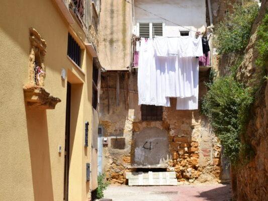 Scorci del centro storico di Agrigento: un balcone con i panni stesi in un cortile