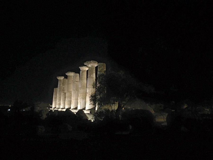 Il tempio di Ercole illuminato di notte