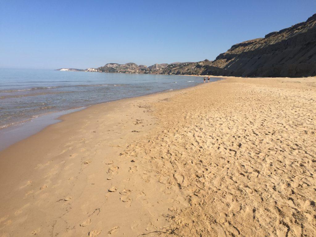 La spiaggia di Agrigento: sabbia sottile e mare cristallino