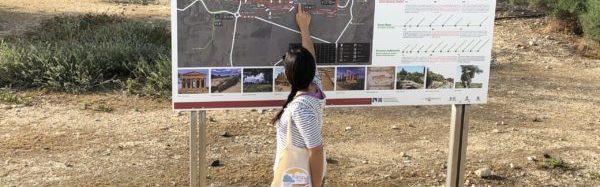 Laura Danile indica un percorso su un pannello alla valle dei templi