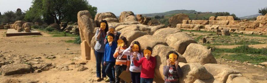 Foto di gruppo con la guida al telamone del tempio di Zeus indossando una maschera