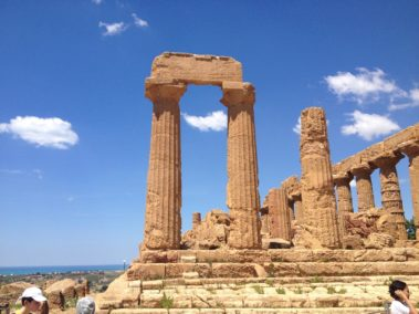 Il Tempio di Giunone nella Valle dei templi di Agrigento con il cielo azzurro tipico della Sicilia