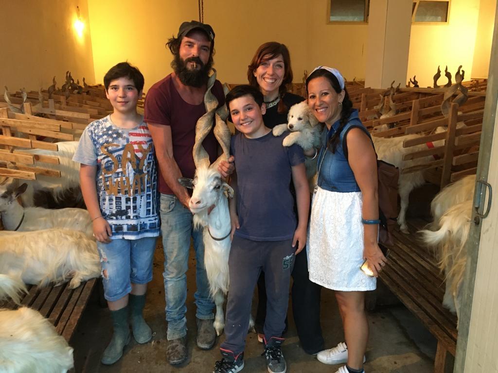 Io con Peppe, Valeria e Nicolò e Vinicio nel caprile delle capre girgentane