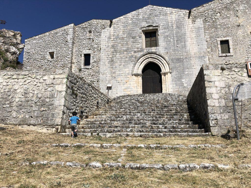 Caltabellotta - Chiesa Madre con bambino che corre verso la scalinata di accesso