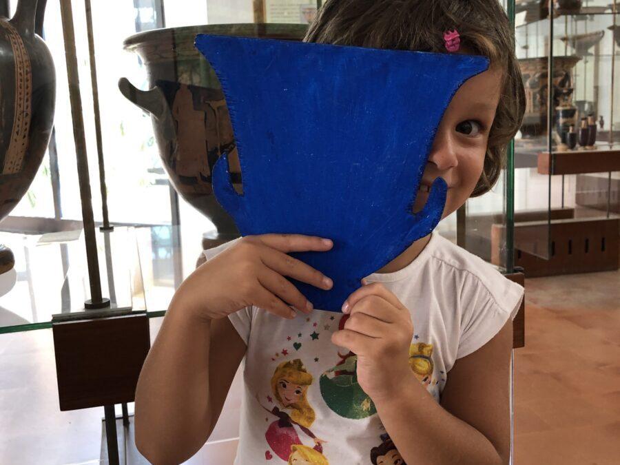 Bimbi che osservano la ceramica attica durante un family tour al museo di Agrigento 5